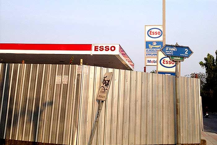 休業中のガソリンスタンド