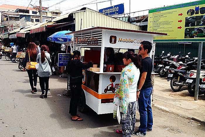 移動式のコーヒースタンドでは、1杯0.5ドル程度でコーヒーが楽しめる