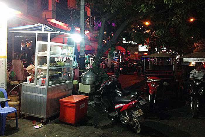 今回取材した屋台。カンボジアでよく見かける、シンプルな店構え