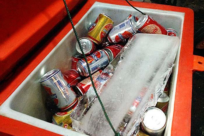 冷蔵庫が無いため、飲み物はクーラーボックスで冷やす