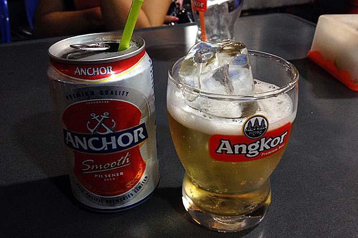 ビールには氷を入れて飲むのがカンボジア流!