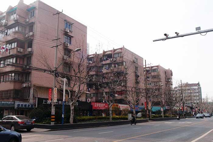 大通り沿いに集合住宅が立ち並ぶ