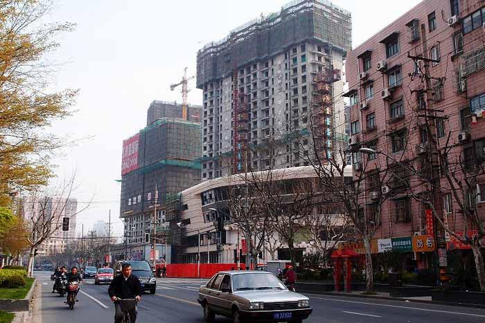 建設中のショッピングモール。工事が多く、街の風景はまたたく間に変化する