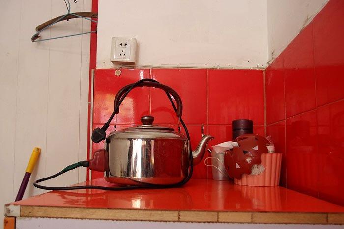 足湯のお湯は電気式やかんで湧かし魔法瓶で保温する