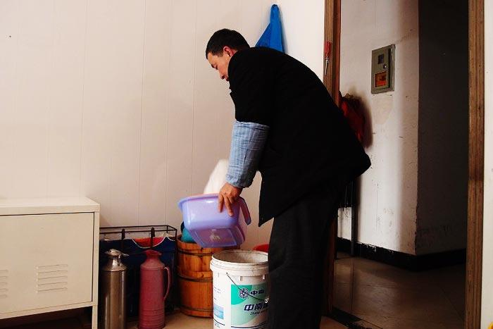 プラスチック容器でお湯と水をまぜて温度を調整