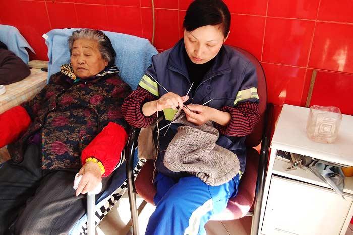 常連客のおばあさんと掃除婦さん。編み物をしながら休憩中