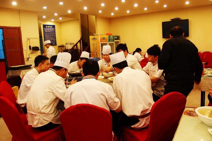 休憩中の様子。おいしいまかない料理は中国人スタッフの楽しみのひとつ