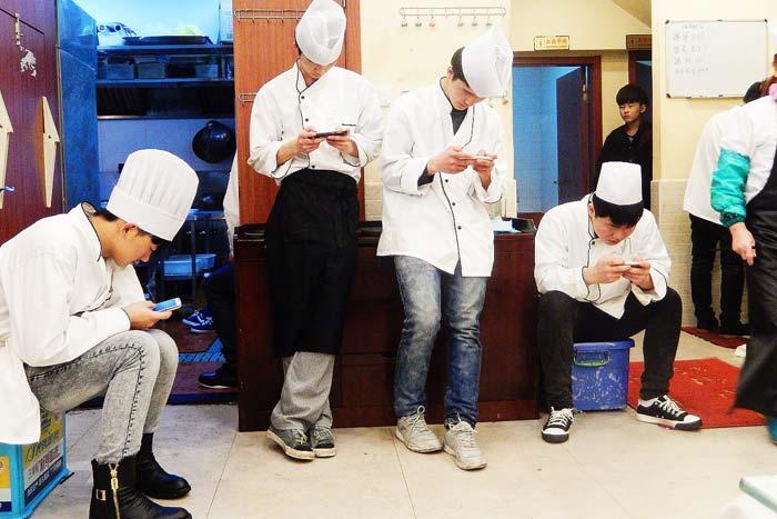 上海の若者もスマホが大好き