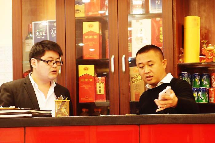 忙しく働くオーナーの呉さん(右)