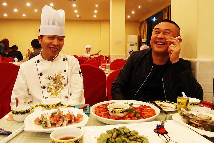 本店と2号店、2店舗の料理長を務める李さん(左)