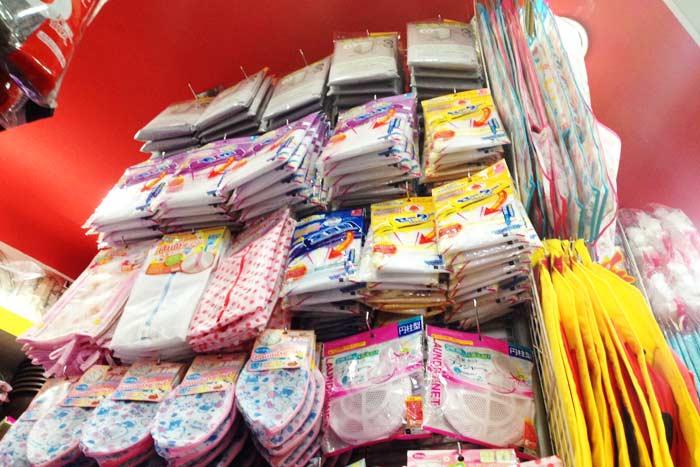 人気商品のひとつ、洗濯ネット。天井まで利用して陳列されている