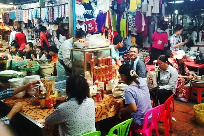 路上だけでなく、市場の中にも屋台が立ち並び、安くて美味しいご飯が気楽に食べられる