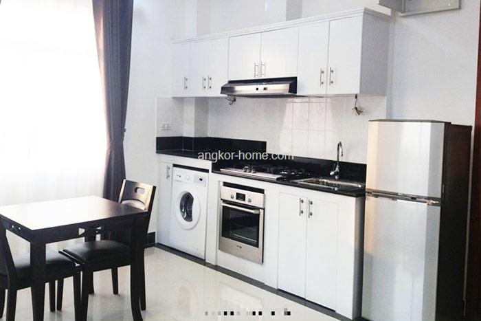 明るくお洒落なキッチン。オーブンと洗濯機まで完備!