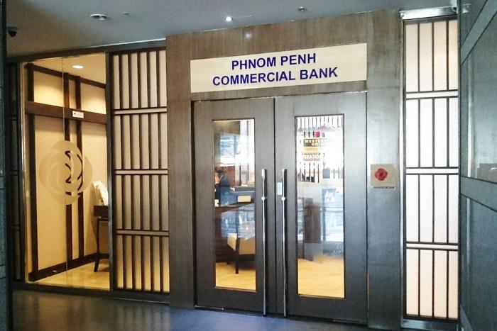 エレベーターを2階で降りると右手にすぐ銀行の入り口が。ジャパンデスクはこの左手奥