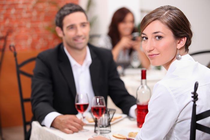 お金持ち男性に好かれる女子はどっち? おごってもらう女 vs 自分で払う女=ゆうきゆう