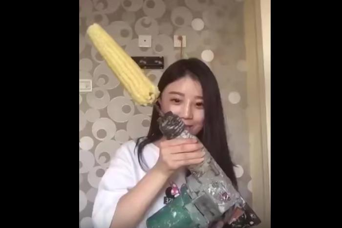 中国の美少女が「電動ドリルでコーンを食べる動画」をマネして悲惨なことに!