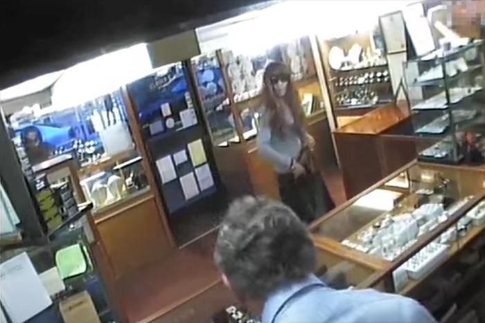 女装して宝石店に押し入った強盗犯、すぐにバレて半ケツ状態で逃走!