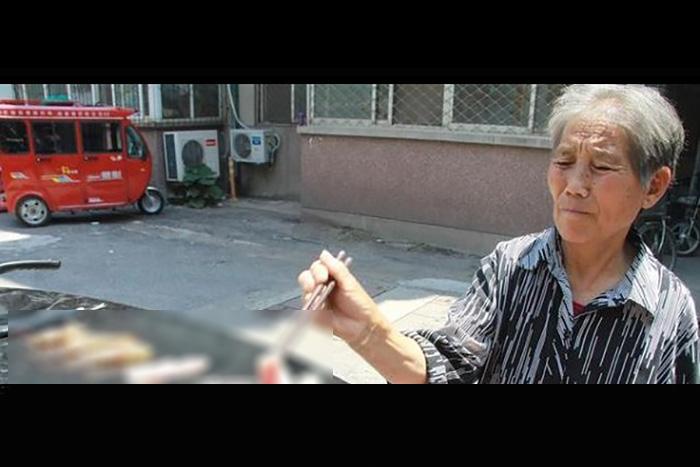 アツアツの車の上で焼肉開始!ワイルドすぎる中国のおばあちゃんが激写される