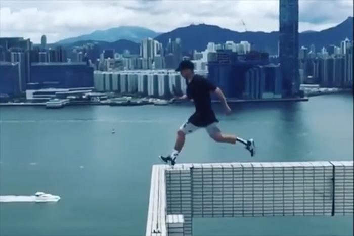 キン○マが縮み上がる!?「25階建てビル」をジャンプで渡る男が話題!