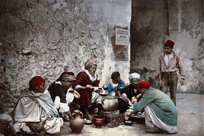 1899年「チュニジア」の写真がカラーになった…美しい服、街並みに感動!