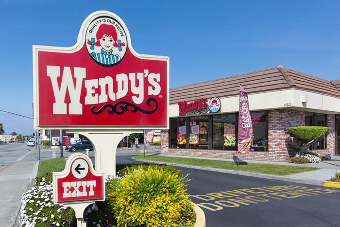 ウェンディーズやマクドナルドから「店員のスマイル」が完全消滅する日