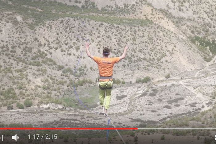 怖すぎる…高さ200m・全長1km超えの「綱渡り」で世界記録更新!(動画アリ)