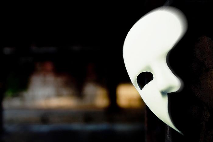 突然チンチンを露出した疑いで「オペラ座の怪人」のお面をかぶった男を逮捕!