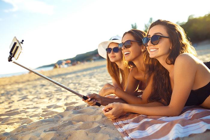この夏、海辺に落ちている「青いビニール袋」を絶対に触ってはいけないワケ