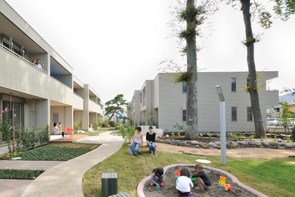 子どもの遊び場を敷地内に設置した子育て共感賃貸住宅「ヘーベルメゾン 母力」の実例