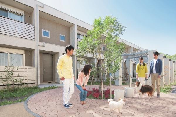 アプローチには入居者同士の自然な交流がはぐくまれる工夫が満載のペット共生型賃貸住宅「へーベルメゾン プラスわん プラスにゃん」