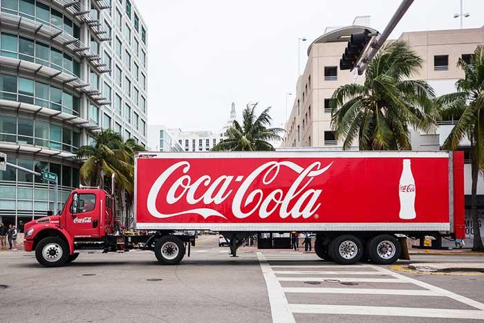 没落する米国経済、コカ・コーラ社「管理職350名リストラ」が示す暗い影
