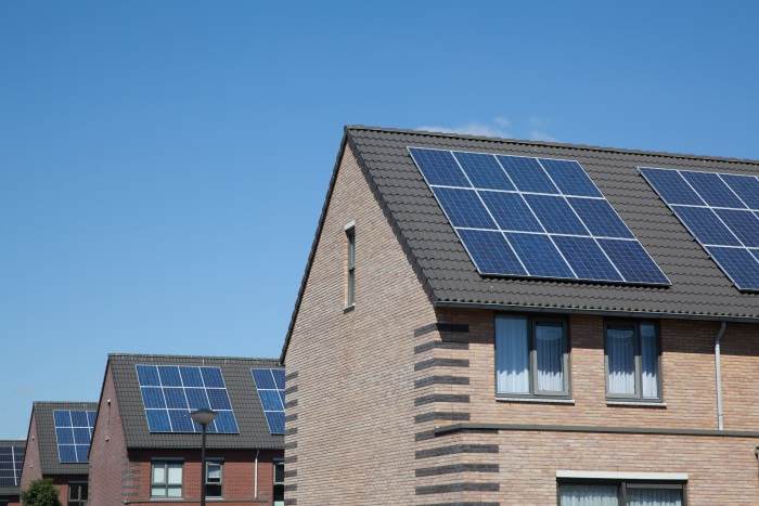 屋根に太陽光パネルを設置した後に防水層の修繕が必要になり、余計な出費を強いられることもあるという