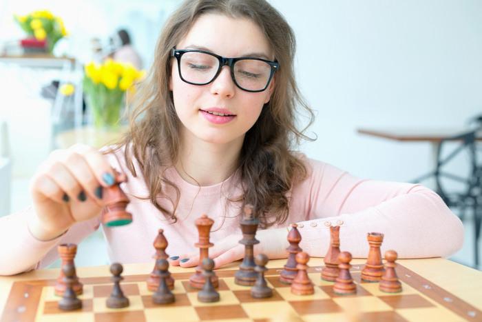 将棋や囲碁にも応用を! 駒が自動で動いて対戦できるAI内蔵のチェス盤が画期的