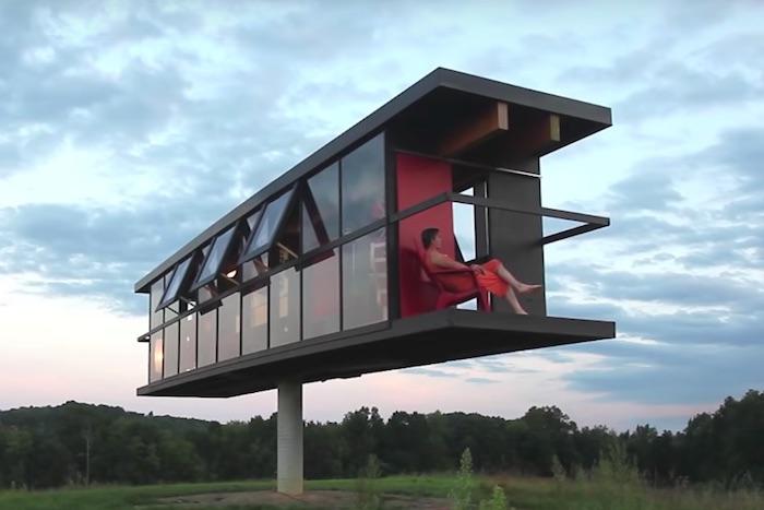 まるでシーソー。日本ではありえない左右に傾く「芸術的すぎる家」が爆誕