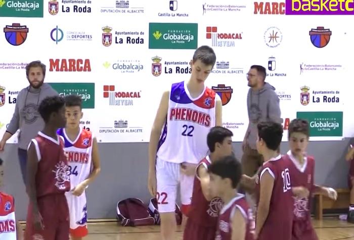 本当に12歳!? 大人顔負け、身長213cmの小学生がバスケをプレーすると…!