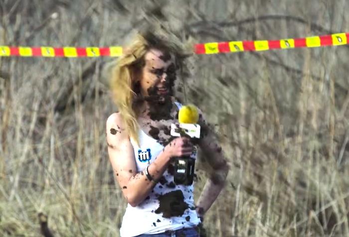 モトクロスバイクの現場で美女がインタビュー。しかし、その後に悲劇が…!