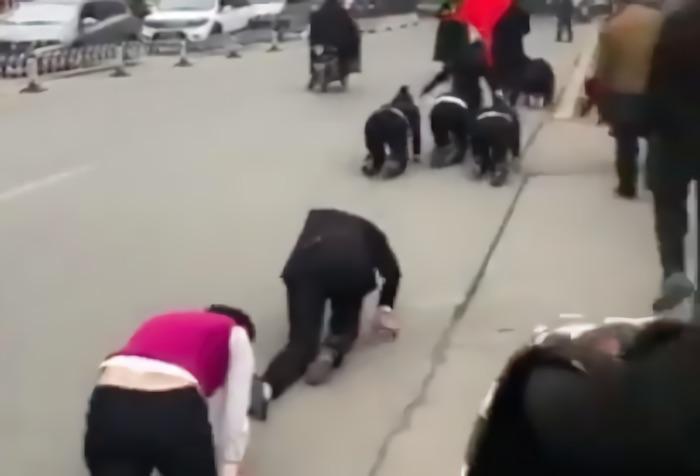 いったい何があったの?中国の道路でハイハイ行進する大人たちが出現…