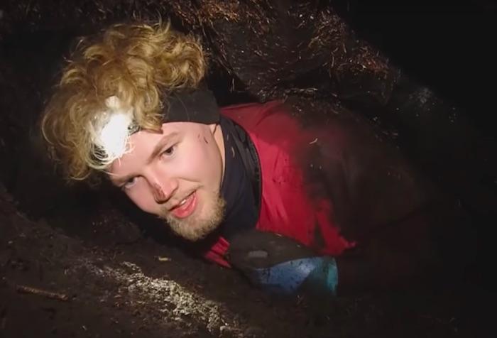 これはしんどい!探検隊が狭すぎて足腰も立たない洞窟を這って進んでいく…