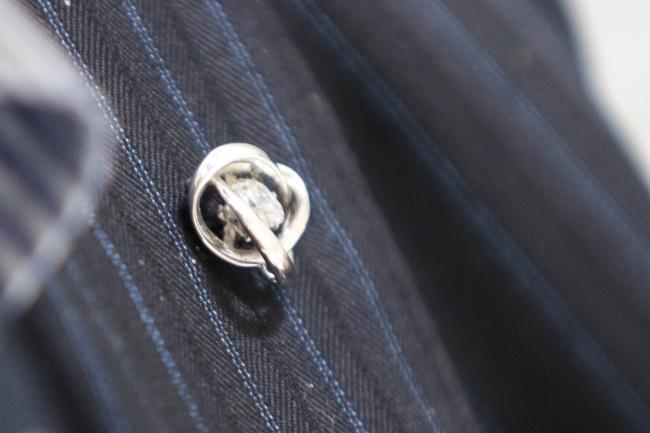 土橋社長は「Dancing Stone」をブローチとして着用していた。さりげないサイズでも、ゆれて光り輝くことで存在感を出せるのが「Dancing Stone」の特徴といえる