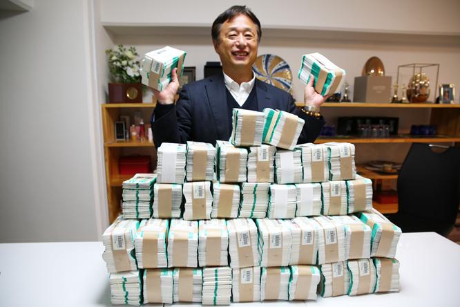 これが1800万円分(6万枚)の宝くじの束!
