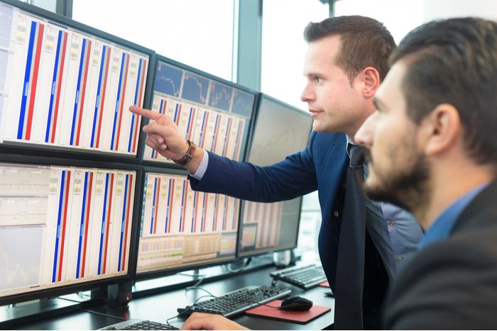資金の流れは現金・債券から株式へ。メリルリンチが発表した7月の機関投資家調査で=櫻井英明