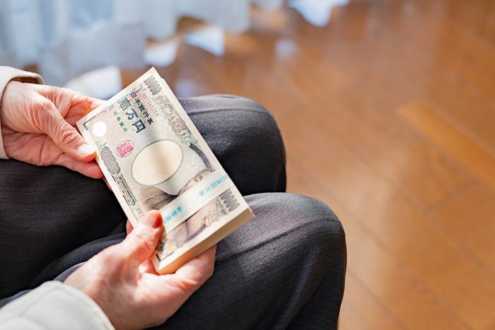 100万円の利息では卵も買えない現実。貯金より「運用」必須の時代だ=川畑明美