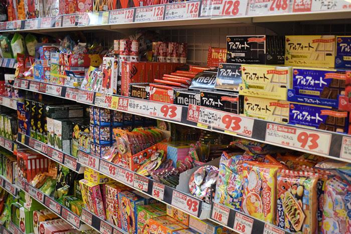 バフェットも注目!安値更新中の「お菓子銘柄」は買いか?明治HD、カルビー、グリコ、森永製菓を分析=栫井駿介