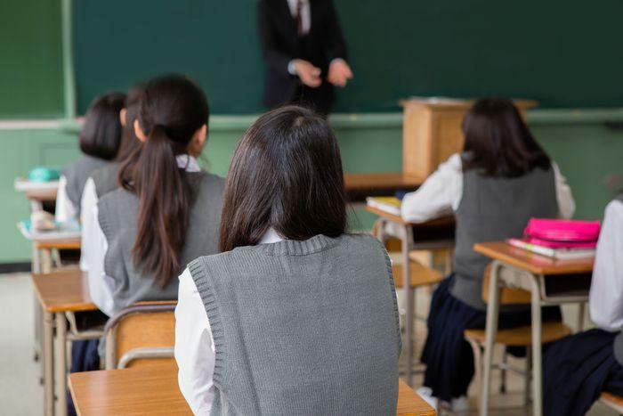 """公立高校教師の""""育児マンガ出版""""を教育委「不許可」で訴訟へ。賃貸不動産管理はOKで、なぜダメなのか?公務員の副業めぐり賛否噴出"""