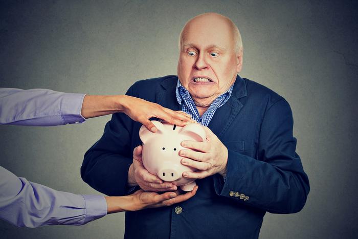 退職金が振り込まれたら営業電話が殺到。定年退職者を狙う金融機関の手口とリスク=川畑明美