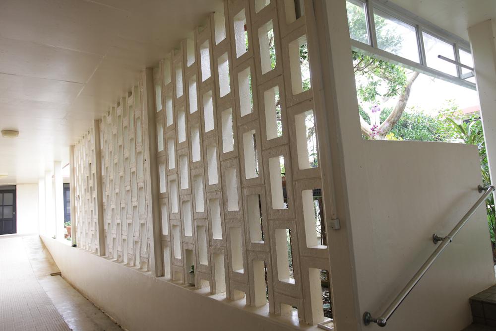 回廊と中庭をへだてる花ブロック