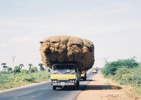 過積載だっちゅーの。なので交通事故も多発