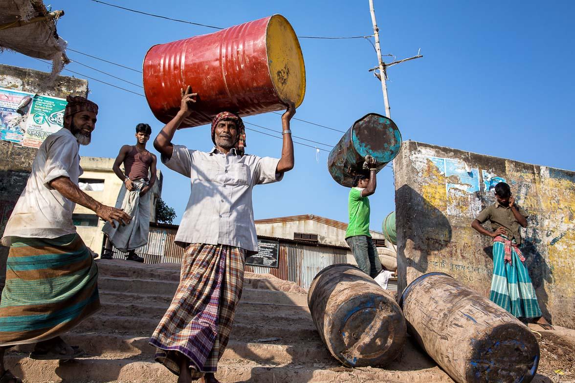 ダッカの港でドラム缶を運ぶ男たち (C) Masashi Mitsui