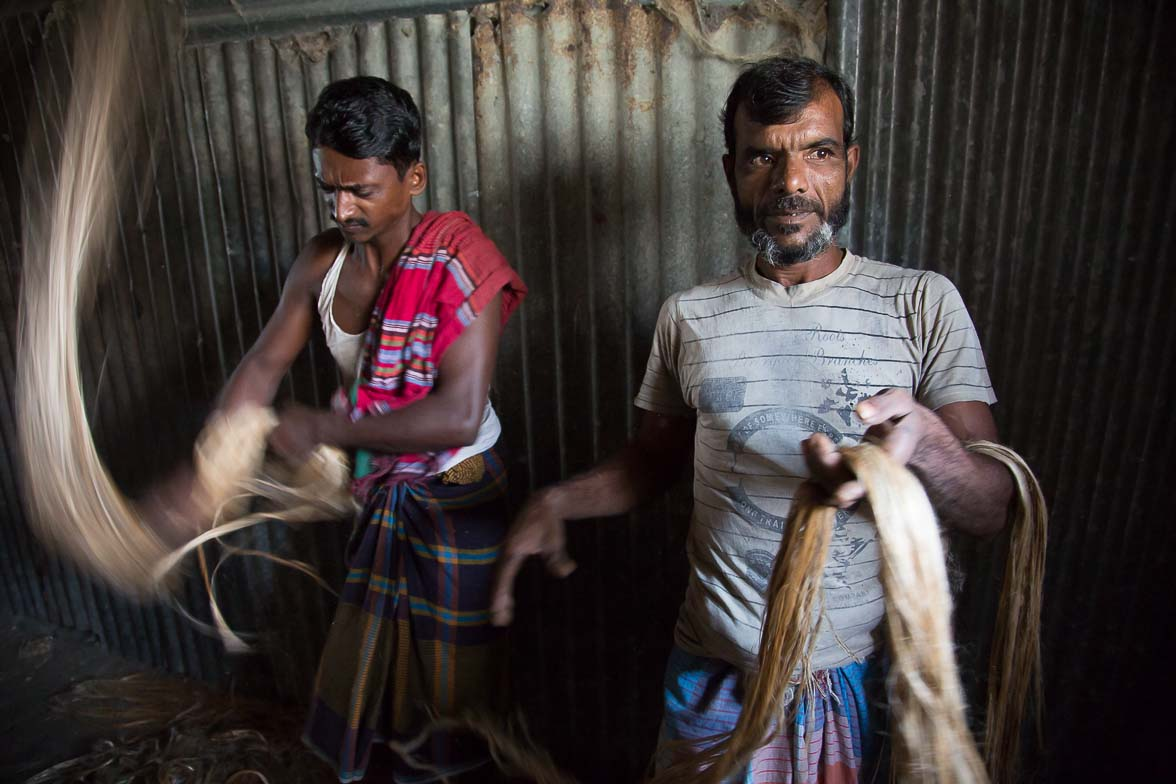 バラバラだったジュートの繊維をまとめている男たち (C) Masashi Mitsui