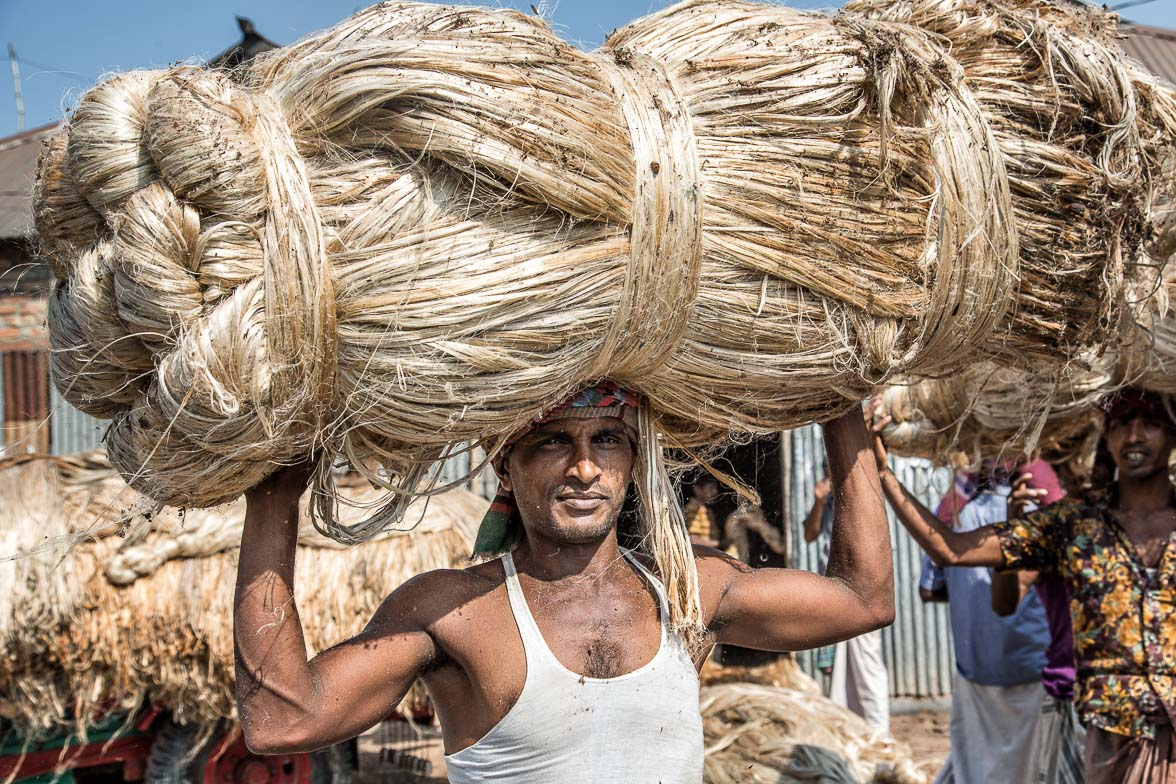 バングラデシュの特産品ジュートの繊維を運ぶ男 (C) Masashi Mitsui